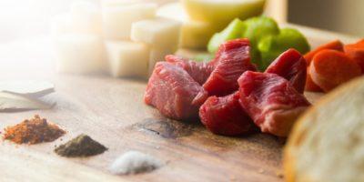 Zapečené hovězí maso sbramborem asýrem
