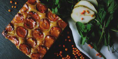 Medový koláč smeruňkami